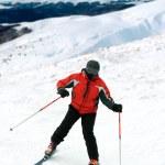 hombre de esquiador en montañas cubiertas de nieve — Foto de Stock