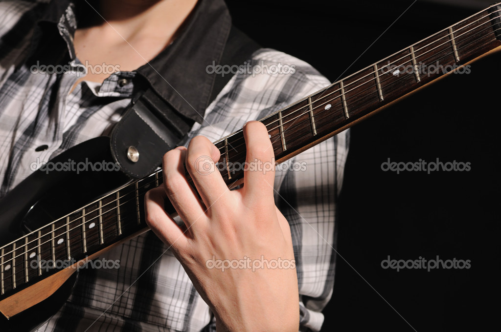 The guitarist plays on a guitar shooting closeup — Stock Photo #3998482