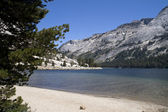 Alpine lake Tenaya in Yosemite National Park,California,USA — Stock Photo