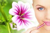 применение помады, используя губы укрыватель кисти — Стоковое фото