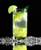 Mojito cocktail met verse limoenen (lemmetjes) op een zwarte achtergrond — Stockfoto