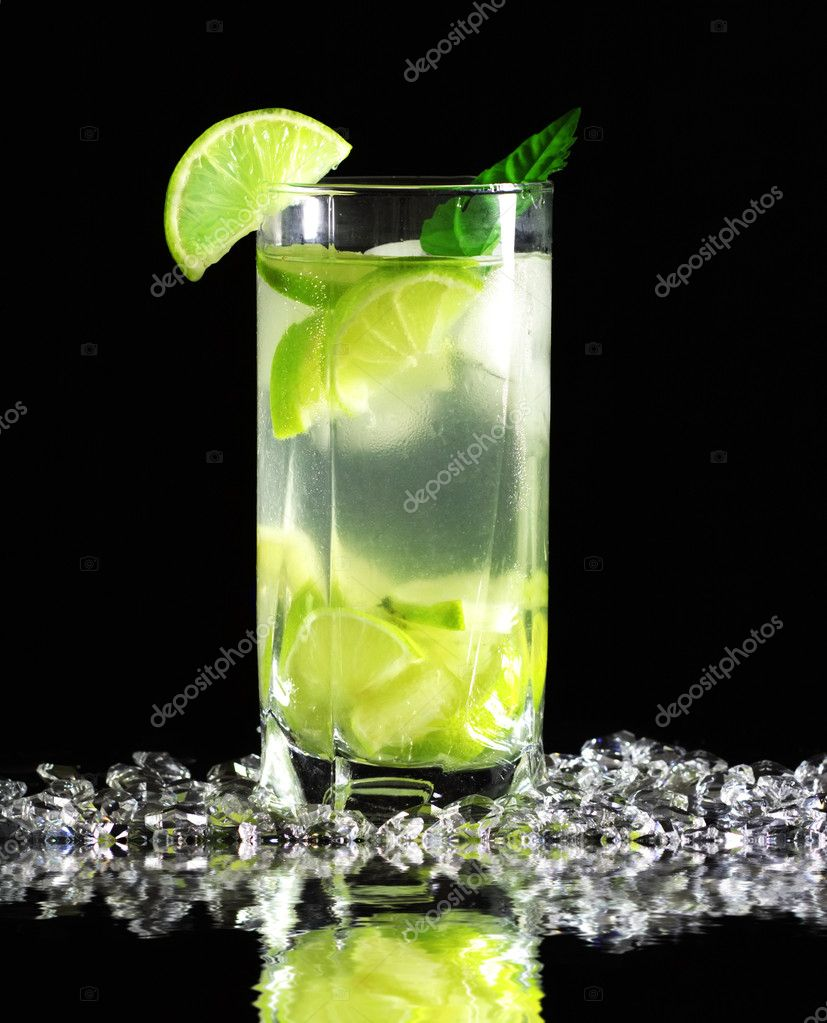 Mojito cocktail with fresh limes on a black background — Stock Photo #4347243