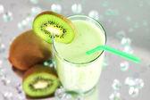 Kiwi-sap in een glas op een lichte achtergrond — Stockfoto