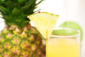 Pineapple juice and pineapple — Stock Photo