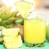 Succo di ananas su sfondo chiaro — Foto Stock