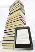 Ebook läsare på en ljus bakgrund — Stockfoto