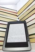 Lecteur d'ebook sur fond clair — Photo
