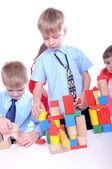 Bambini che giocano con mattoni — Foto Stock