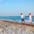 Kids walking along the beach together — Stock Photo