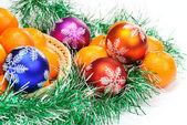 Mandarinka, borové větve a vánoční koule — Stock fotografie
