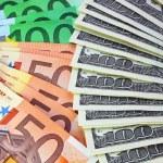 puñado de dólares y euros — Foto de Stock