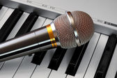 Microphone on synthesizer keyboard — Stock Photo
