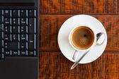 Ordinateur portable et café — Photo