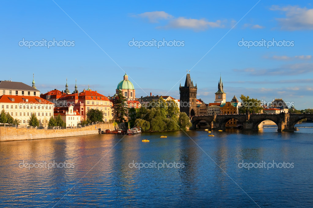 Evening Prague - Vltava river and Charle's Bridge — Stock Photo #4385075