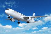 Passagiersvliegtuig passagiersvlucht in de blauwe hemel — Stockfoto
