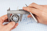 Technical drawing and callipers with bearing in hand — Foto Stock