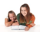 Deux adolescentes lecture — Photo
