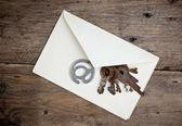 Gamla utskick kuvert och signera e-post — Stockfoto