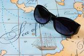 Occhiali da sole sono sulla mappa — Foto Stock