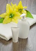 Towel tube bottle and flower — Stockfoto