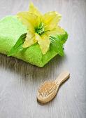 Havlu saç fırçası ile sarı çiçek — Stok fotoğraf