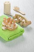 Esponja de baño y toalla de objetos de madera — Foto de Stock