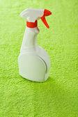 Jedna láhev na zelený ručník — Stock fotografie