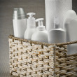 Bottles and paper towel in basket - Foto Stock