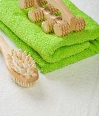 Borstel en massagetoestel met katoen handdoek — Stockfoto