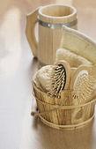 Cubo y taza sobre fondo de madera — Foto de Stock