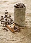Chicchi di caffè in sacchetto con cannella — Foto Stock