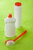 Bottiglie di pennello e bianco su sfondo verde — Foto Stock