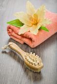 цветок на розовый полотенце с массажер и кисти — Стоковое фото