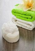 Flor en esponja de baño y toallas — Foto de Stock