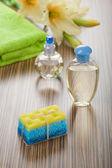 Grupo de artículos de baño y flores sobre fondo de madera — Foto de Stock
