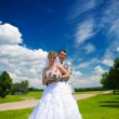 Portrait of the groom and the bride on the nature — Foto Stock
