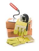 рабочие инструменты на кирпичи — Стоковое фото