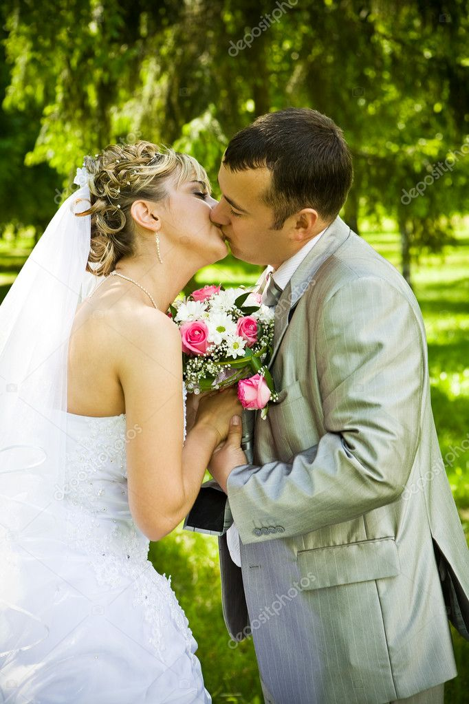 Wedding pair kisses — Stock Photo #5082673