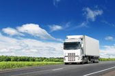 White truck on country highway under blue sky — Stock Photo