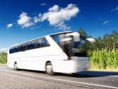 Witte bus versnellen op snelweg, wazig in beweging — Stockfoto