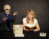 Mujer lee un libros de miedo — Foto de Stock