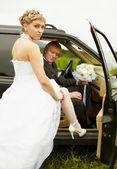 Sexual novia y el novio en coche — Foto de Stock