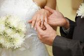 戒指上的手指新娘特写 — 图库照片