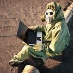 科学家用手提电脑在区的生态灾难 — 图库照片 #4154027