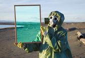 Ecologist shows desert through magic framework — Stock Photo