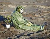 Scienziato ambientale e una pianta nel deserto — Foto Stock