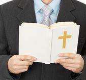 Man läser katolska bibeln — Stockfoto