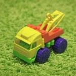 küçük oyuncak - halı üzerinde araç — Stok fotoğraf