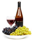 Butelki szklane z czerwonego wina i winogron — Zdjęcie stockowe