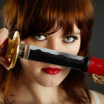 Junge Frau wird aus dem Mantel ein Schwert — Stockfoto